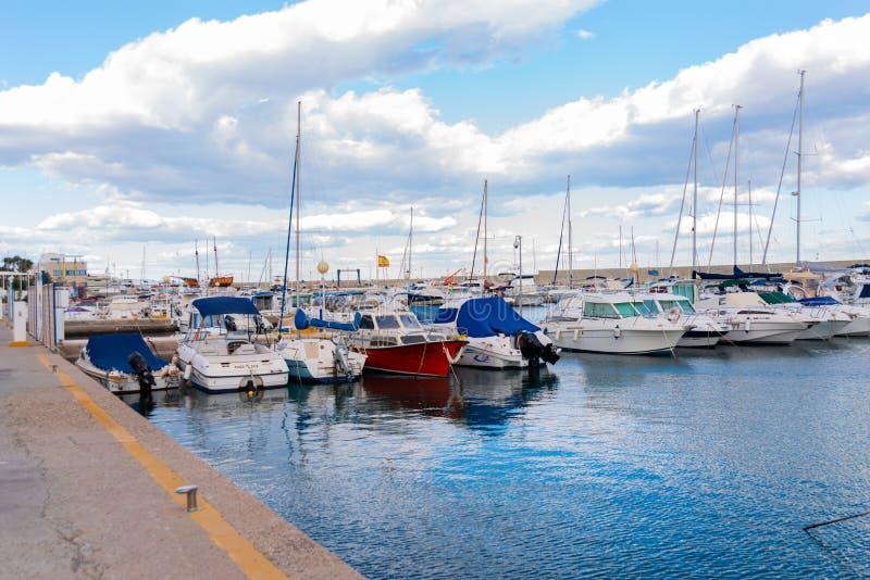GARRUCHA, SPANJE - FEBRUARI 2, 2019 Luxeboten in jachthavenbaai Garrucha, Costa Almeria, Spanje stock fotografie