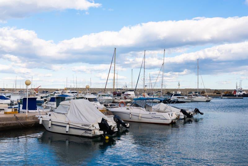 GARRUCHA, SPANJE - FEBRUARI 2, 2019 Luxeboten in jachthavenbaai Garrucha, Costa Almeria, Spanje royalty-vrije stock afbeelding