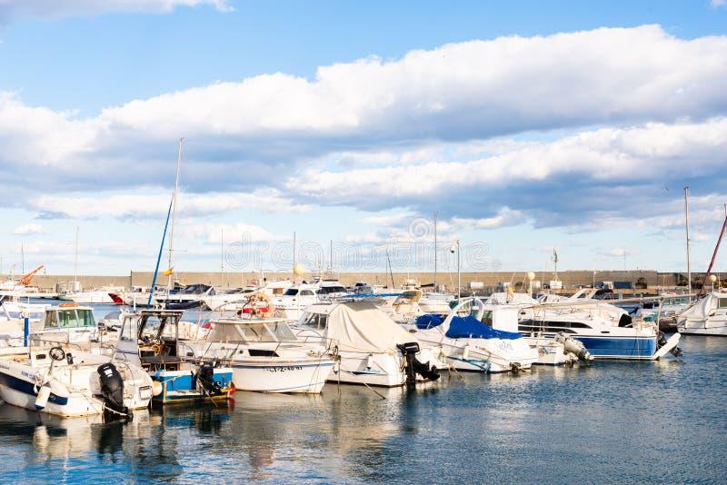 GARRUCHA, SPANJE - FEBRUARI 2, 2019 Luxeboten in jachthavenbaai Garrucha, Costa Almeria, Spanje stock foto