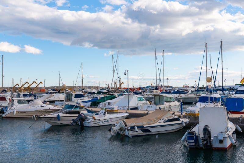GARRUCHA, SPANJE - FEBRUARI 2, 2019 Luxeboten in jachthavenbaai Garrucha, Costa Almeria, Spanje stock afbeeldingen