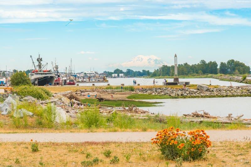Garry Point Park in Richmond, BC met Onderstel Baker in afstand royalty-vrije stock afbeelding