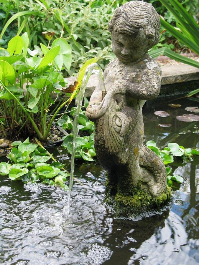 Garten-Brunnen stockbild
