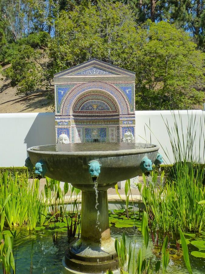 Garten-Brunnen und Pool lizenzfreie stockfotografie