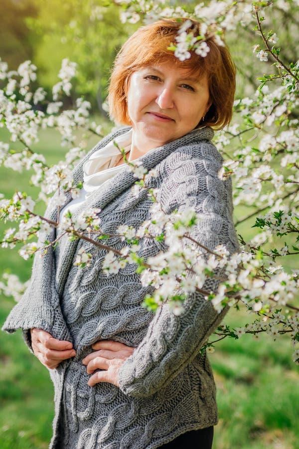 Garten der Frau im Frühjahr von mittlerem Alter stockfotos
