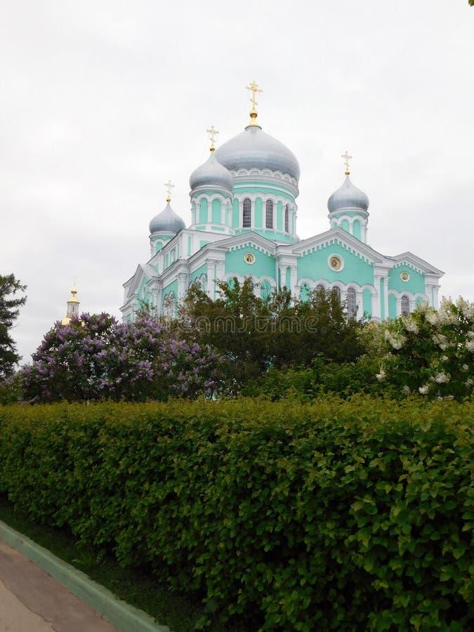 Garten der Kathedrale im Frühjahr auf dem Klostergebiet stockbilder