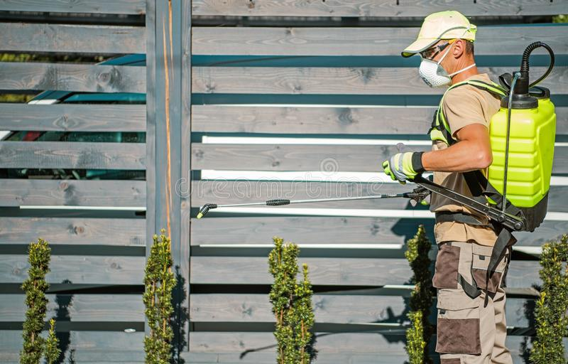 Garten-Insektenvertilgungsmittel-Job stockbilder