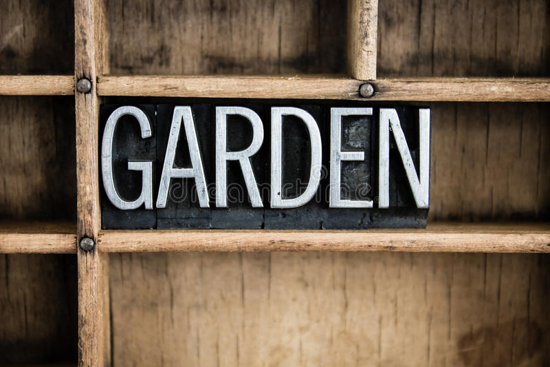 Garten-Konzept-Metallbriefbeschwerer-Wort im Fach lizenzfreies stockbild