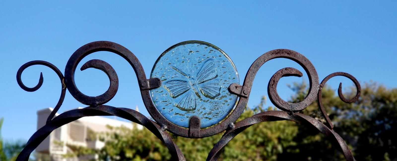 Garten-Kunst - Glas-und Eisen-Schmetterling stockbild