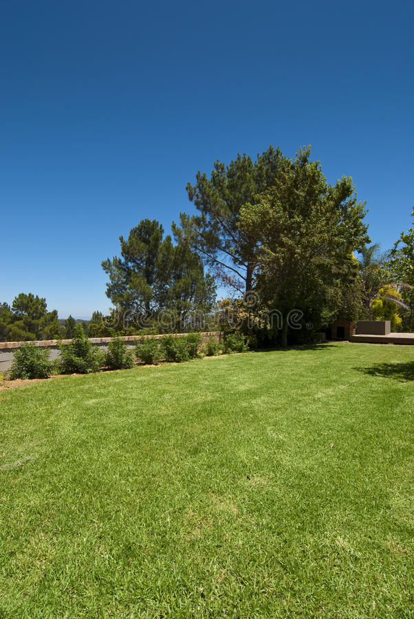 Garten mit großem Rasen stockfotografie