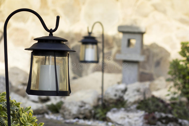 Garten mit Solarlampen stockbilder