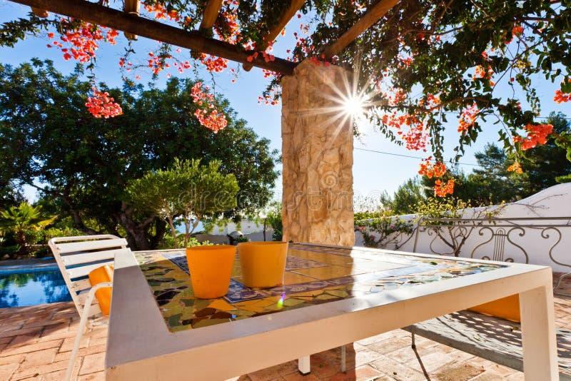 Garten mit Swimmingpool lizenzfreie stockbilder