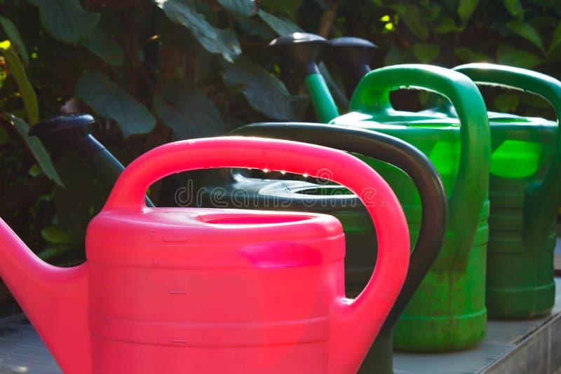 Garten mit vier Gießkannetöpfen lizenzfreie stockfotos