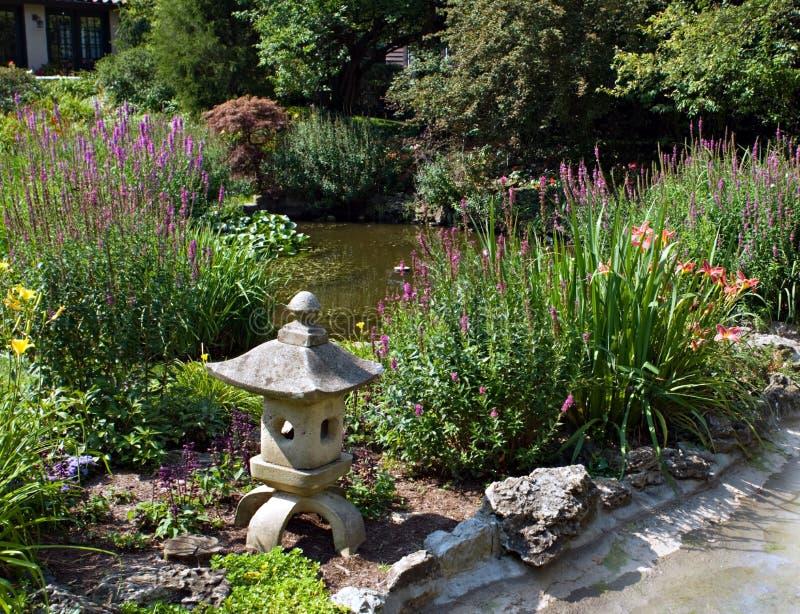 Garten-Teich mit Skulptur lizenzfreie stockbilder