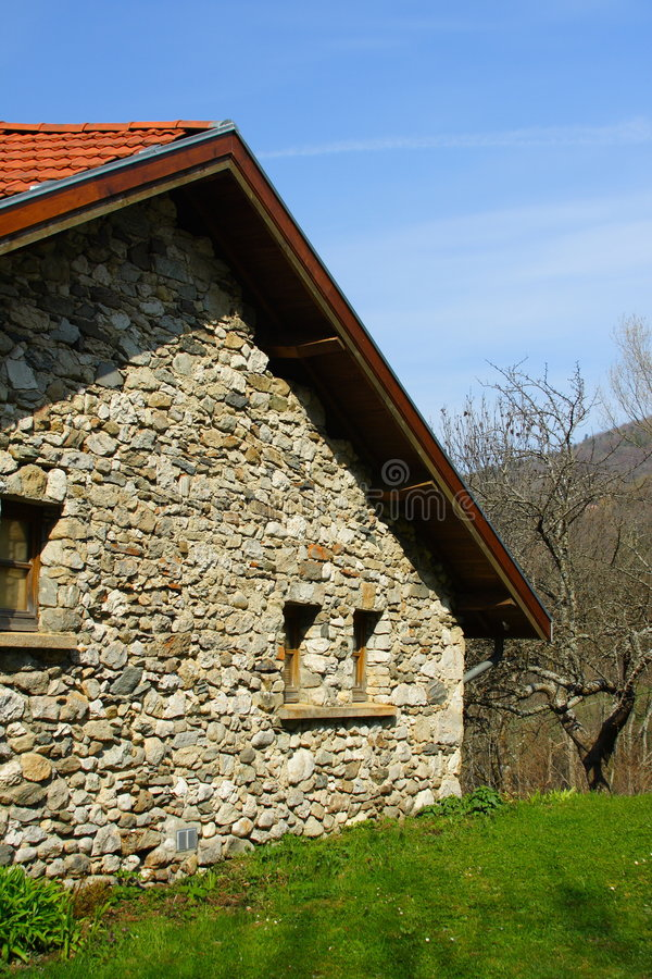 Garten und altes Haus stockbilder