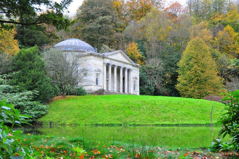 Garten und Tempel Stourhead im Herbst lizenzfreie stockfotografie