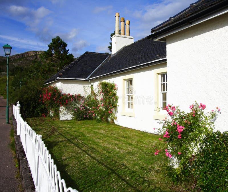 Garten und Wohnhaus stockbilder