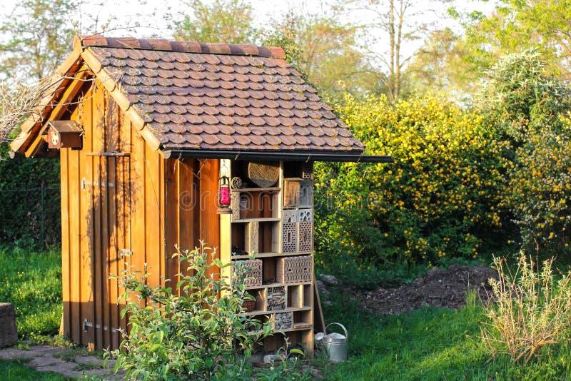 Garten verschüttet mit Insektenhotel stockfoto