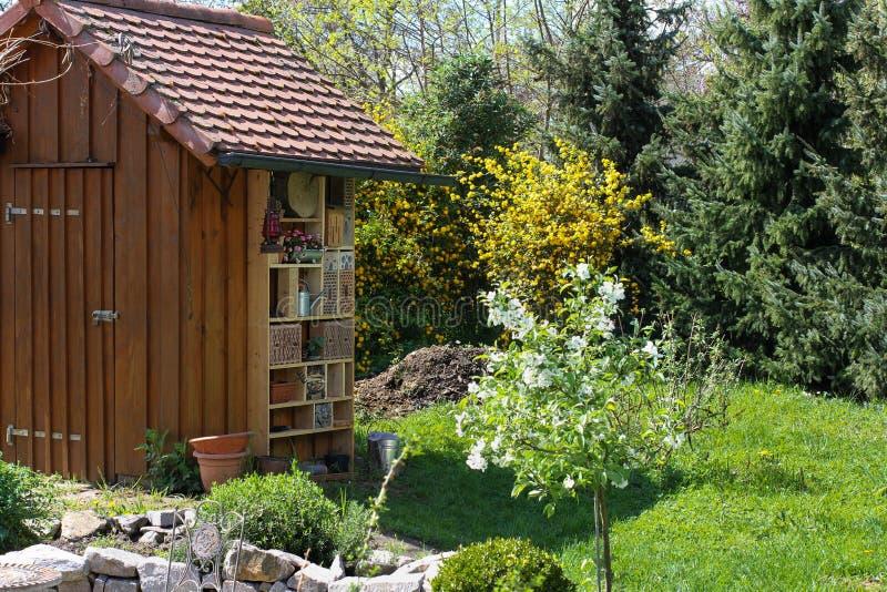 Garten verschüttet mit Insektenhotel lizenzfreie stockbilder