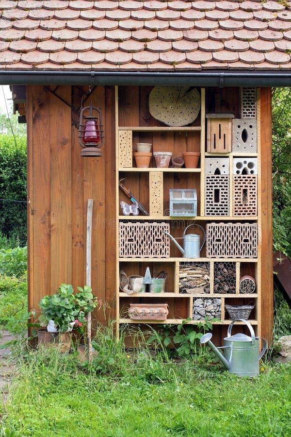 Garten verschüttet mit Insektenhotel lizenzfreies stockfoto
