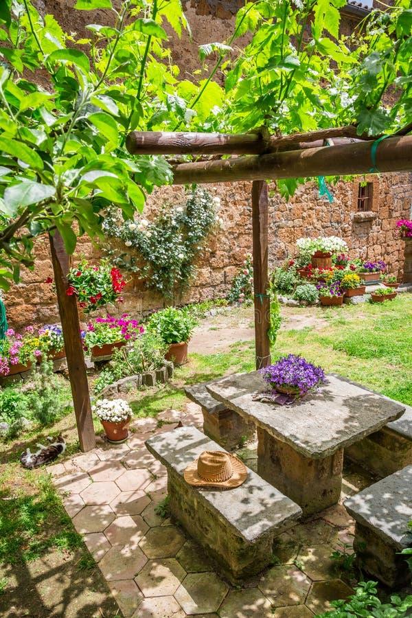 Garten voll von blumen und von reben in toskana stockbild bild von footpath blume 41492757 - Toskana garten ...