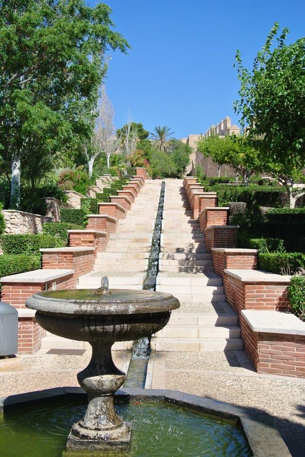 Garten von Alcazaba von Almeria in Andalusien, Spanien, an einem sonnigen Tag lizenzfreies stockbild