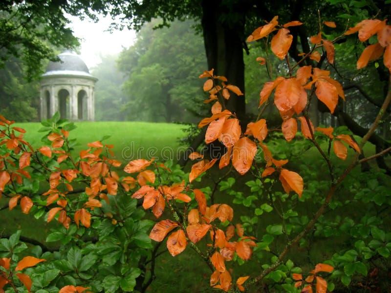 Gartenansicht in Herbst lizenzfreie stockfotos