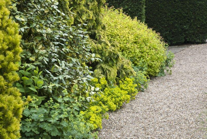 Gartenansicht, Kiespfad stockbild