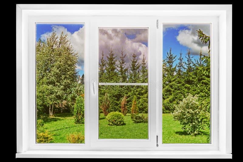 Gartenansicht von einem Landhausfenster an einem sonnigen Sommertag lokalisiert auf dem Schwarzen lizenzfreie stockfotos