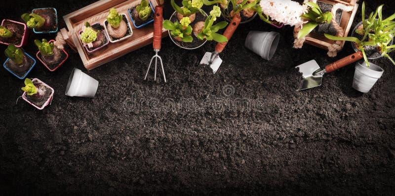 Gartenarbeithilfsmittel und -anlagen Frühlingsgarten bearbeitet Konzept stockfotos