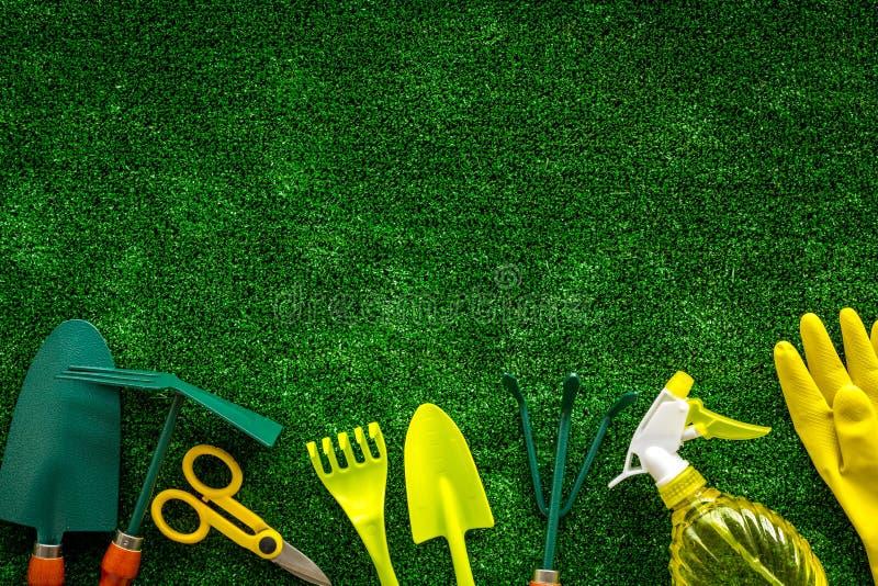 Gartenarbeitwerkzeuge auf copyspace Draufsicht des Hintergrundes des grünen Grases lizenzfreie stockfotos
