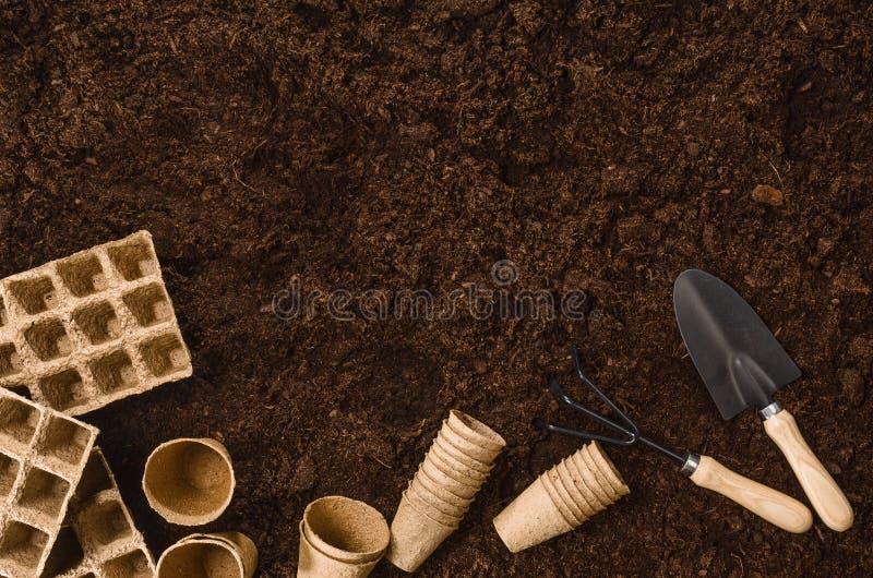 Gartenarbeitwerkzeuge auf Gartenboden masern Draufsicht des Hintergrundes lizenzfreie stockfotografie
