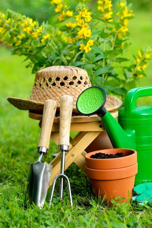 Gartenarbeitwerkzeuge auf grünem Hintergrund und Gras stockfotos