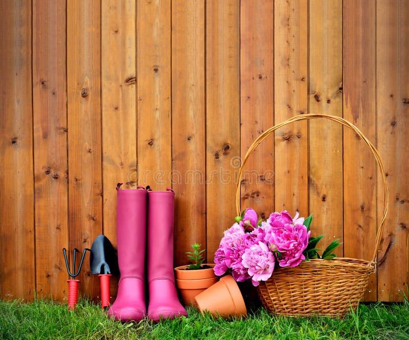 Gartenarbeitwerkzeuge und -gegenstände auf altem hölzernem Hintergrund stockfotos