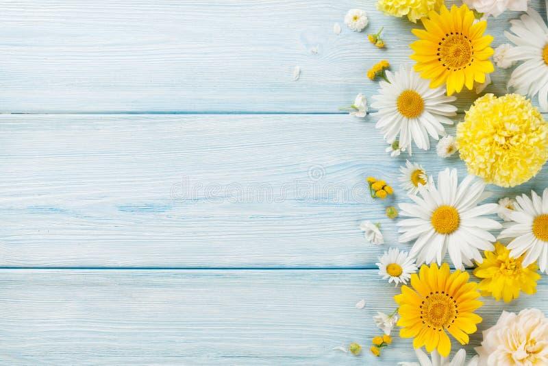 Gartenblumen über hölzernem Hintergrund stockbild