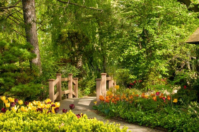 Gartenbrücke lizenzfreie stockbilder