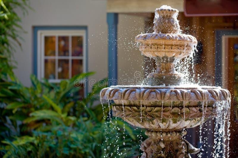 Gartenbrunnen lizenzfreie stockfotos