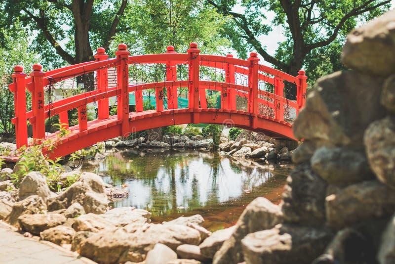 Gartendekor, rote Brücke lizenzfreies stockfoto