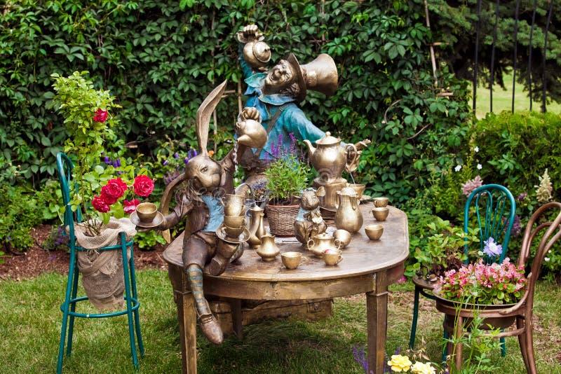 Gartendesign, das mit Brunnen landschaftlich gestaltet stockbild