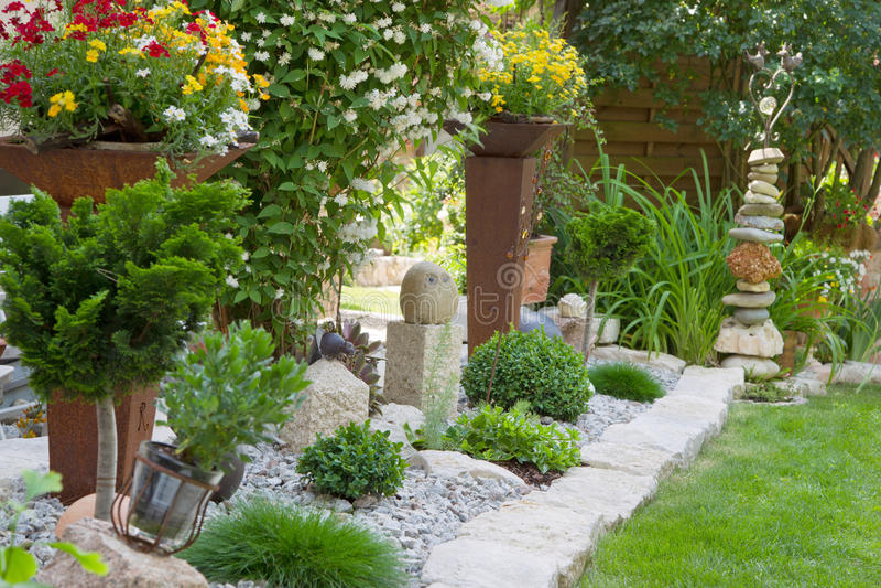 Gartendesign mit Blumen stockfotos