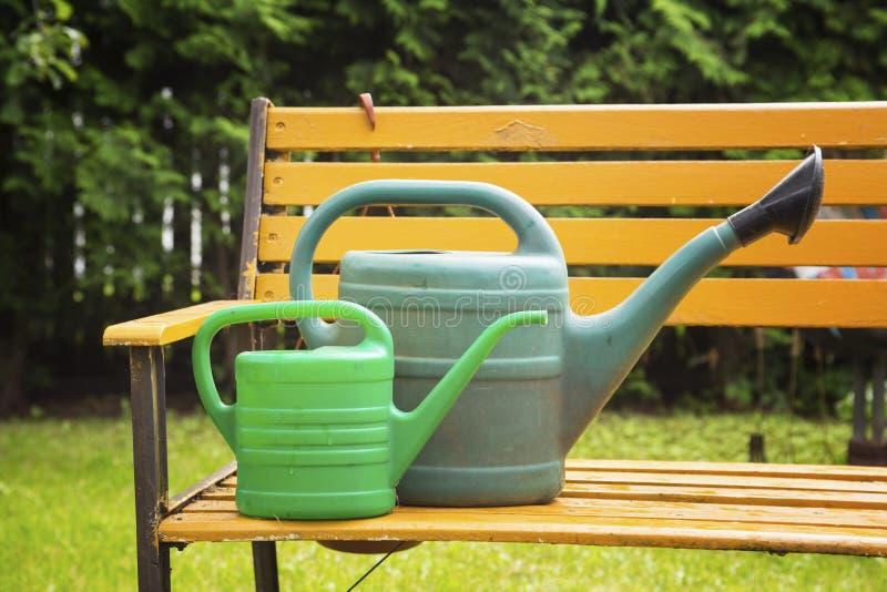 Gartengießkannen für die Bewässerung stockfoto