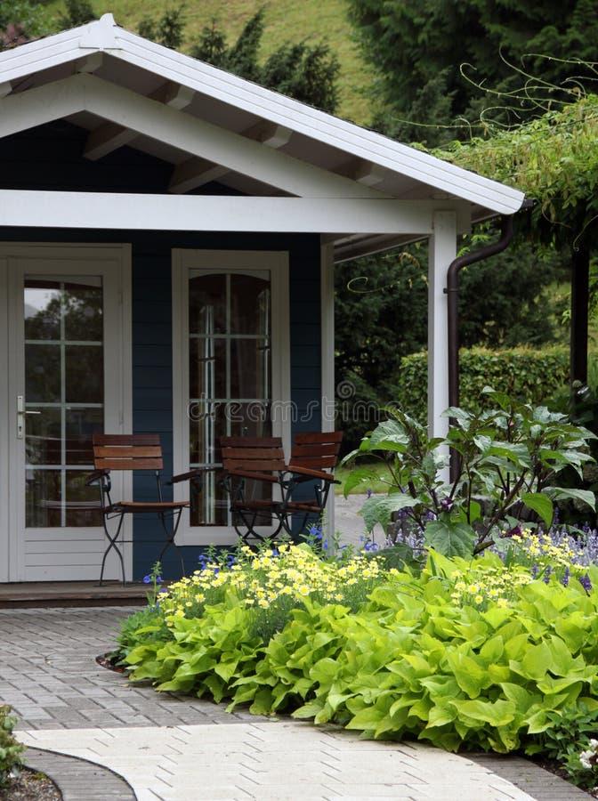 Gartenhaus und -terrasse mit ornametal Garten stockfotos