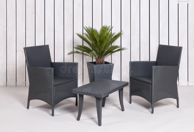 Gartenmöbel vor einem Brettzaun stockbild