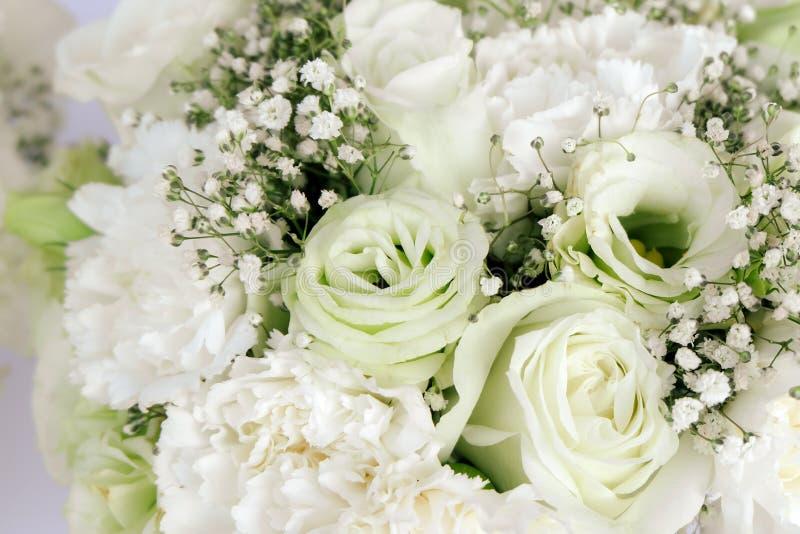 Gartennelke der weißen Rosen des Blumenstrauß-Blumengestecks und Gypsophila paniculata lizenzfreie stockfotos