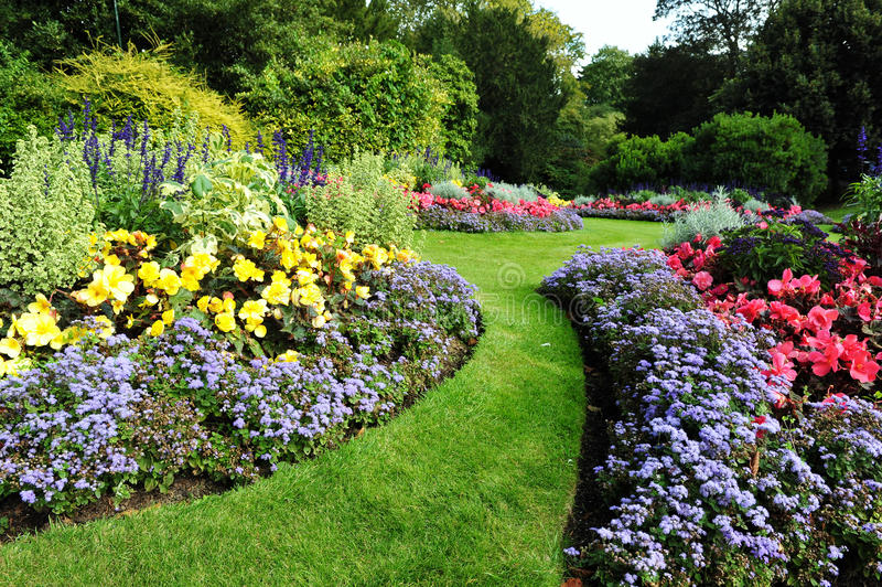 Gartenpfad und Flowerbeds lizenzfreie stockbilder