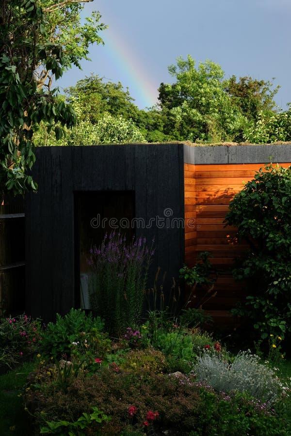 Gartenraum, grüner Rückzug mit der Biene freundlich, lebendes sedum Dach im gut gefüllt, reifen Garten lizenzfreies stockfoto
