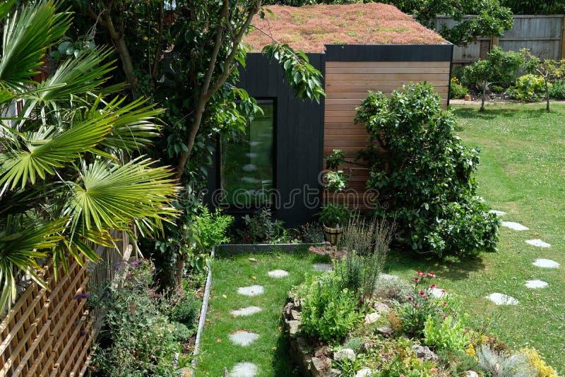 Gartenraum, grüner Rückzug mit der Biene freundlich, lebendes sedum Dach im gut gefüllt, reifen Garten stockfoto
