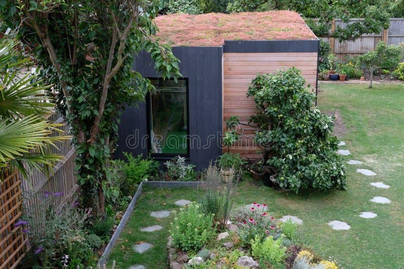 Gartenraum, grüner Rückzug mit der Biene freundlich, lebendes sedum Dach im gut gefüllt, reifen Garten stockfotos