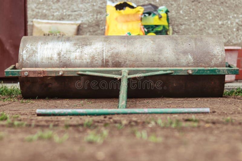 Gartenrolle bereit zum Gebrauch Rolle für unebene Fahrbahn auf Ihrem Garten Manuelle Rolle für die Landschaftsgestaltung Handgema stockbild