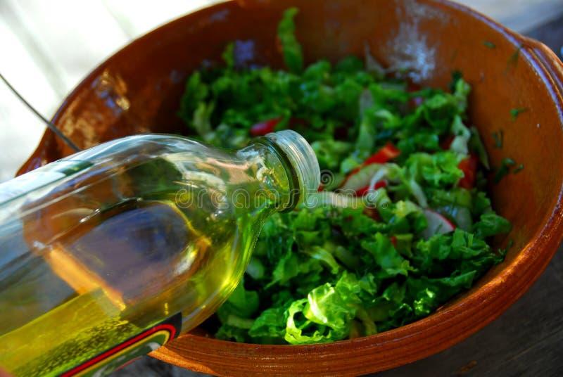 Gartensalat und Olivenöl lizenzfreies stockbild