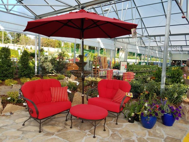 Gartenschirm und Stühle lizenzfreies stockbild